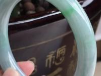 糯种白底带飘绿翡翠手镯价格