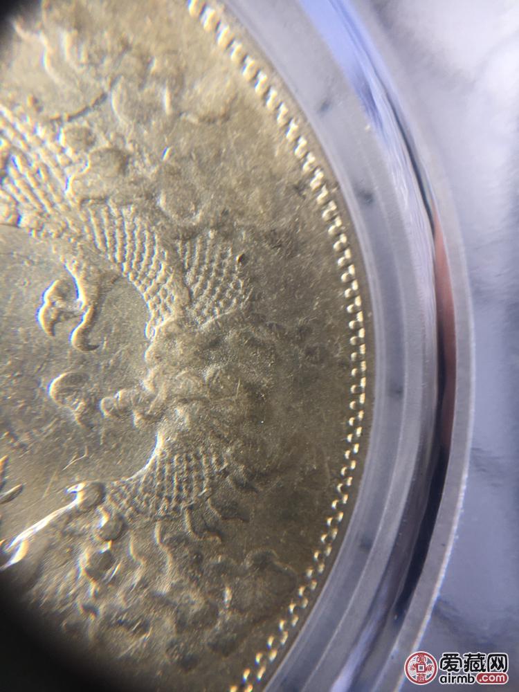 专家给看看是真币吗,用放大镜看